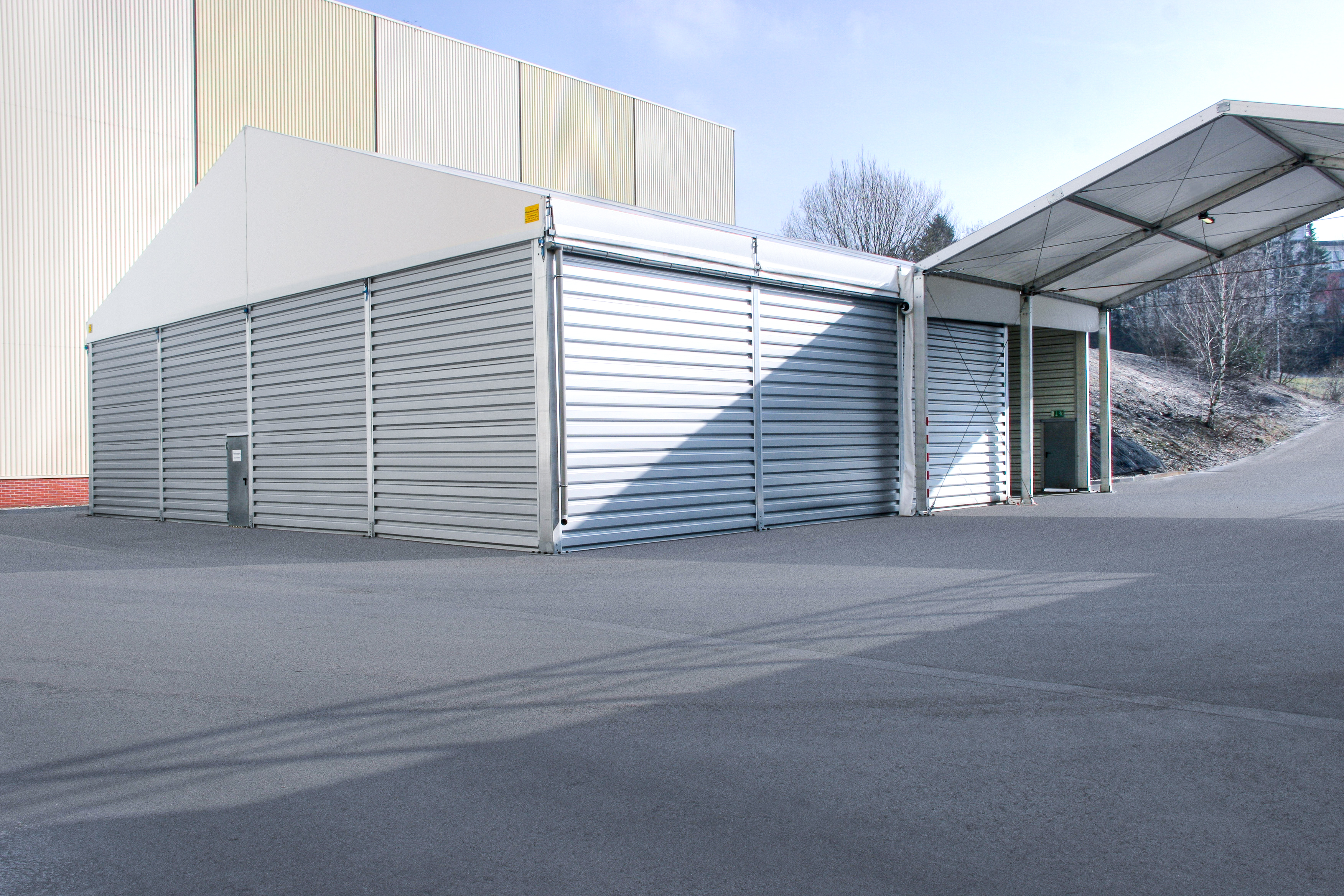 Demountable building as a canopy for lorry loading