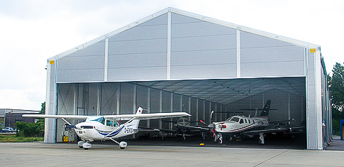 Lightweight building as airplane hangar with an 18.50 m roller shutter gate for airplanes