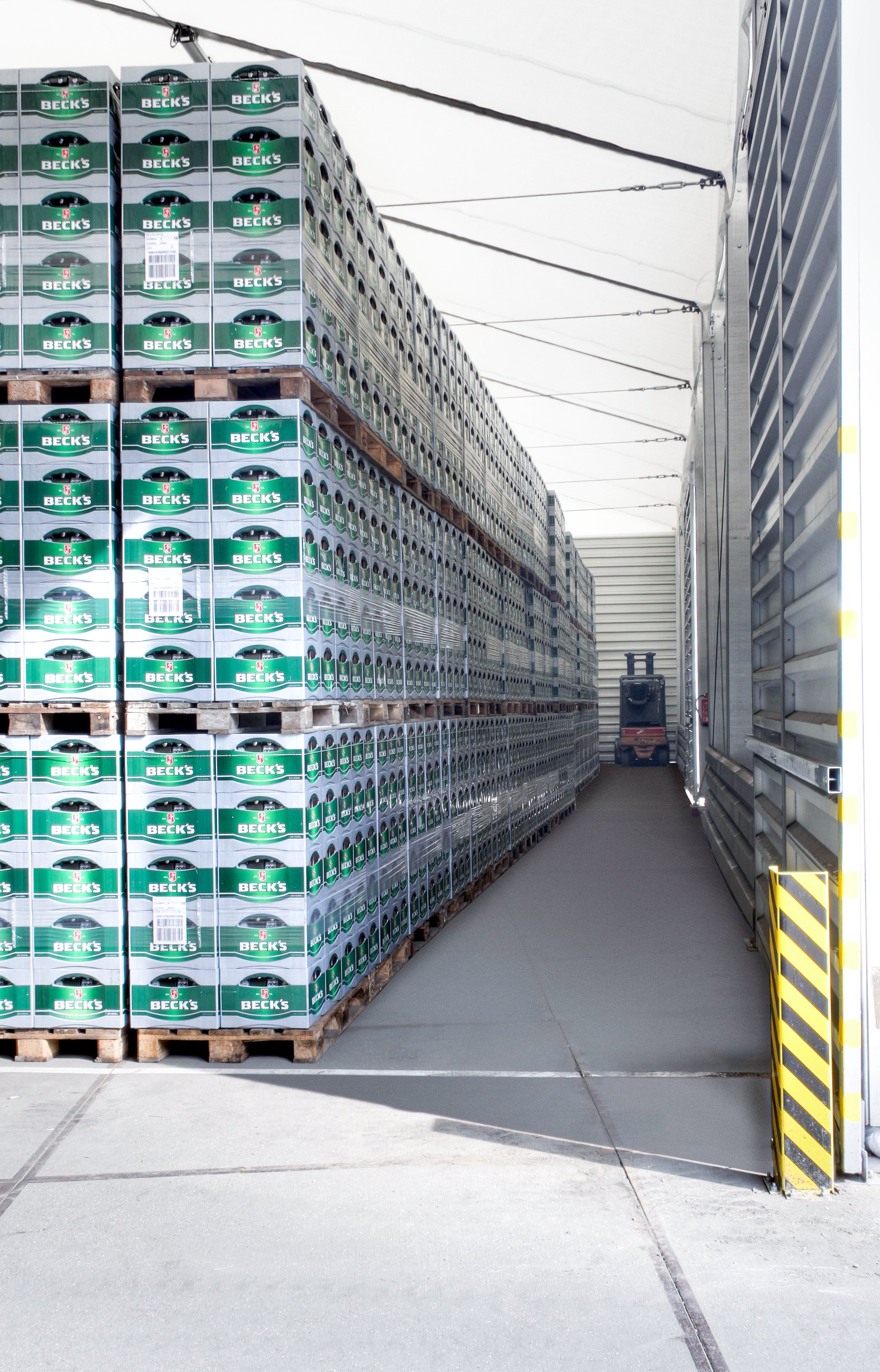 Refrigerated beverage temporary warehouse